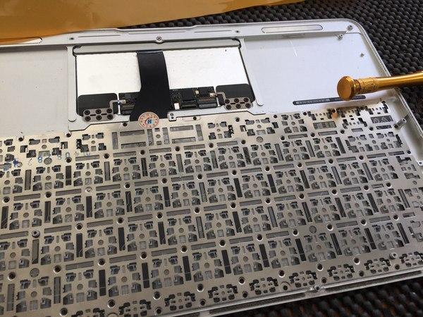 Ремонт и замена залитых клавиатур MacBook